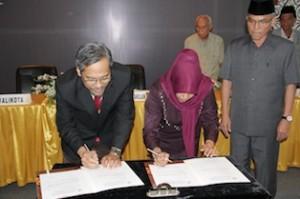 Gambar 3. Penandatanganan BAST penyerahan LHP kepada DPRD Kota Tarakan