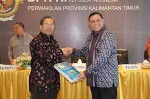 Gambar 1. Kepala Perwakilan menyerahkan LHP kepada Walikota Bontang