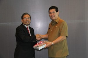 Gambar 1. Kepala Perwakilan menyerahkan LHP kepada Bupati Malinau