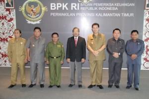 Gambar 4. Foto Bersama para Kepala Daerah dan pimpinan DPRD masing-masing daerah yang menerima LHP