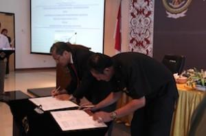 Gambar 2. Penandatanganan BAST penyerahan LHP kepada DPRD Kota Balikpapan