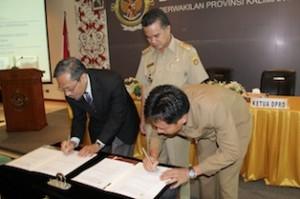 Gambar 2. Penandatanganan BAST LHP atas LKPD Kota Samarinda antara Kepala Perwakilan dengan Ketua DPRD Kota Samarinda