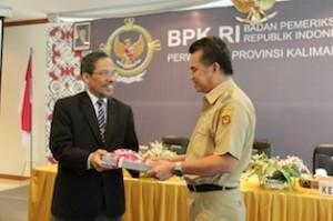 Gambar 1. Kepala Perwakilan menyerahkan LHP atas LKPD Kota Samarinda kepada Walikota Samarinda