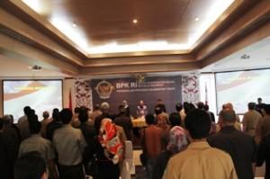Gambar 2. Seluruh Jajaran Pemerintah Kab. Kukar, DPRD Kab. Kukar, dan Pejabat Struktural BPK RI Perwakilan Kaltim khidmat mengikuti acara penyerahan.