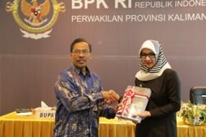 Gambar 1. Kepala Perwakilan menyerahkan LHP atas LKPD Kab. Kukar TA 2013 kepada Bupati Kutai Kartanegara