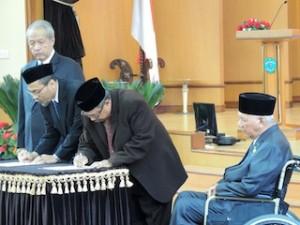 Gambar 1. Penandatanganan BAST Jabatan Kepala Perwakilan Kaltim disaksikan oleh Anggota III BPK dan Gubernur Kaltim