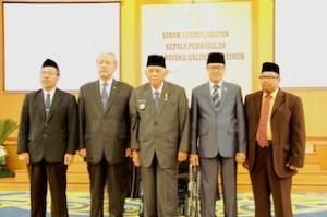 Gambar 2. Foto bersama (dari kiri : Bpk Sri Haryoso Suliyanto (Kalan Lama), Anggota III BPK, Gubernur Kaltim, Ketua DPRD Prov. Kaltim, Bpk Adi Sudibyo (Kalan baru))