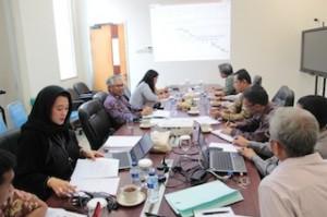 Gambar 1. Inspektur PKMP (berbaju batik ungu) menyampaikan pengarahan kepada tim pembangun zona integritas pada lingkungan BPK Perwakilan Kaltim