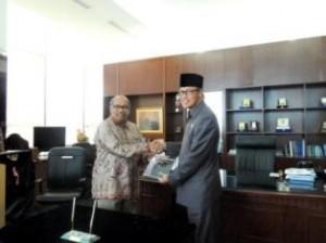 Gambar 1. Kepala Perwakilan menyerahkan LHP Kinerja Implementasi SAP Berbasis Akrual kepada Ketua DPRD Prov. Kaltim