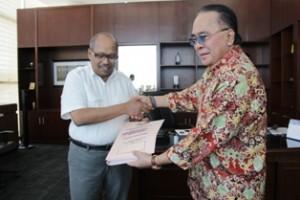 Gambar 1. Bupati Kutai barat disaksikan menyampaikan Laporan Keuangan kepada Kepala Perwakilan