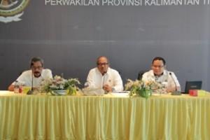 Gambar 2. Kepala Perwakilan Menyampaikan arahannya didampingi oleh Kepala Sekretariat Perwakilan dan Kepala Sub Auditorat Kaltim I