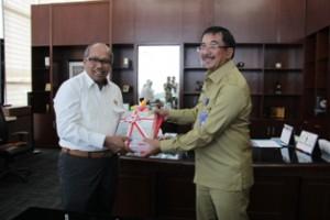 Gambar 1. Walikota Balikpapan menyampaikan Laporan Keuangan kepada Kepala Perwakilan