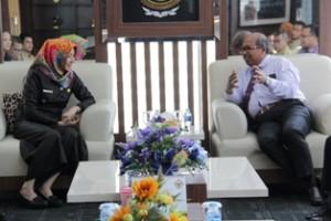 Gambar 2. Kepala Perwakilan berdiskusi kepada Bupati Kutai Kartanegara usai penyampaian Laporan Keuangan