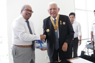 Gambar 1. Gubernur Kaltim menyampaikan Laporan Keuangan kepada Kepala Perwakilan